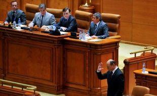 """La coalition de centre gauche au pouvoir en Roumanie a accéléré mercredi la destitution du président de centre droit Traian Basescu, alors que des ONG dénoncent une """"attaque contre les institutions démocratiques"""" sans égale depuis la chute de la dictature communiste en 1989."""