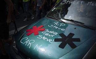 Une voiture avec le slogan