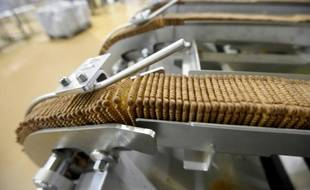 """Chaîne de production de biscuits """"petit beurre"""" dans une fabrique de la marque LU, à La Haye-Fouassière près de Nantes, le 26 avril 2016"""