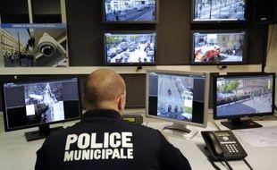 Un centre de supervision urbaine contrôlant des caméras de vidéosurveillance à Marseille.