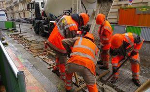 Des techniciens à l'oeuvre sur une station Vélib' dans le VIIIe