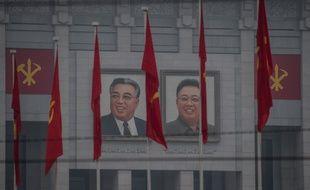 Les portraits des leaders coréens Kim Il-Sung et Kim Jong-Il placardés avant le début du congrès politique.