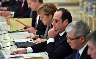 Le président François Hollande (3e d) et la chancelière allemande Angela Merkel lors d'une réunion avec le président ukrainien Petro Porochenko, le 5 février 2015 à Kiev