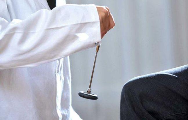 Photo d'illustration: un médecin teste les réflexes d'un patient lors d'une consultation.