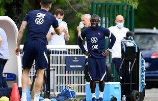 Le milieu de terrain français N'Golo Kante (à droite) s'entretient avec l'attaquant français Olivier Giroud (à gauche) avant une séance d'entraînement à Clairefontaine-en-Yvelines le 3 juin 2021.