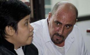 Serge Atlaoui et son avocate Nancy Yuliana au tribunal le 1er avril 2015 à Tangerand près Jakarta