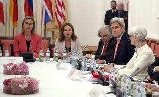 Fédérica Mogherini, chef de la diplomatie européenne (g), le secrétaire d'Etat américain John Kerry (2e d) et la sous-Secrétaire Wendy Sherman (d) le 13 juillet 2015 à Vienne