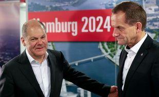 Le maire de Hambourg Olaf Scholz (à gauche) et le président du comité olympique allemand Alfons Hoermann ont tenu une conférence après le