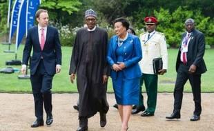 Patricia Scotland (d), secrétaire générale du Commonwealth et le président nigérian Muhammadu Buhari (c) arrivent au siège du Commonwealth pour un sommet anticorruption à Londres le 11 mai 2016