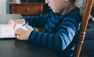 Illustration d'un enfant sur un écran.