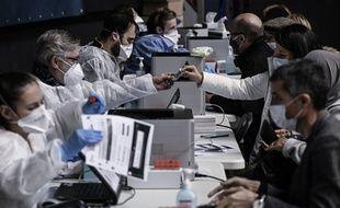 Photo d'illustration de personnes souhaitant être testées, ici lundi au Palais des sports de Gerland à Lyon.