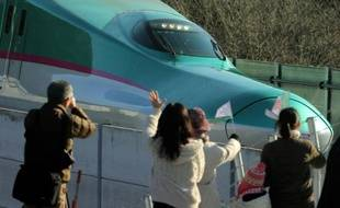 """Le TGV japonais """"shinkansen"""" pour Tokyo à la gare de Hokuto, Hokkaido, le 26 mars 2016"""
