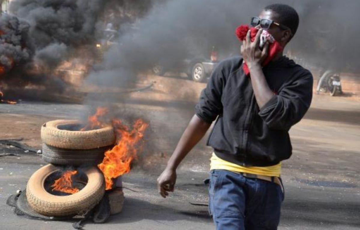 Des pneus brûlés à Niamey après la dispersion par la police d'une manifestation contre Charlie Hebdo, le 18 janvier 2015 au Niger – Boureima Hama AFP