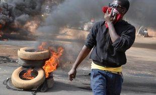 Des pneus brûlés à Niamey après la dispersion par la police d'une manifestation contre Charlie Hebdo, le 18 janvier 2015 au Niger