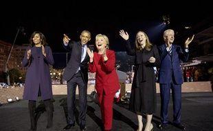 Hillary Clinton le 7 novembre à Philadelphie, entourée de sa famille et des Obama.