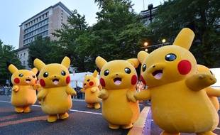 Des Pikachu défilent lors de la Yokohama Dance Parade à Yokohama le 2 août 2015