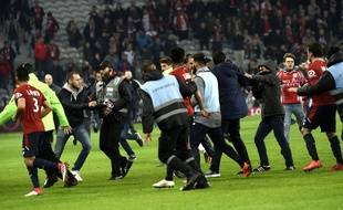 Les supporters du LOSC envahissent la pelouse à l'issue du match contre Montpellier  / AFP PHOTO / FRANCOIS LO PRESTI