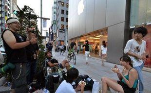 Le groupe américain Apple devrait enregistrer vendredi des ventes record pour son nouveau téléphone multimédia, l'iPhone 5, dont l'arrivée dans les boutiques devrait une nouvelle fois se traduire par de longues files d'attente de fans de la firme à la pomme.