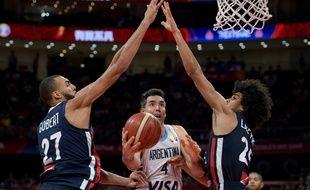 Luis Scola (au centre) face à Rudy Gobert et Louis Labeyrie durant la demi-finale France-Argentine de la Coupe du monde de basket à Beijing le 13 septembre 2019