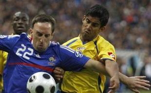 France's Franck Ribery (L) challenges Colombia's Jose Amaya during their friendly soccer match at the Stade de France in Saint-Denis near Paris June 3, 2008. The French soccer team is preparing for the upcoming Euro 2008 Championship. REUTERS/Regis Duvignau (FRANCE) (EURO 2008 PREVIEW)