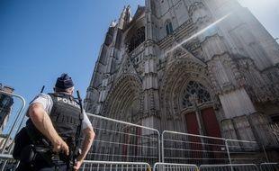 Un officier de police devant la cathédrale de Nantes le 20 juillet 2020, quelques jours après l'incendie
