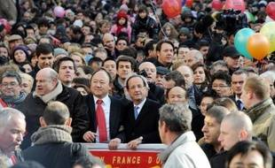 Comptant sur la prospérité promise pour l'année du Dragon, le candidat socialiste à la présidentielle François Hollande et le ministre de l'Intérieur Claude Guéant ont tous deux participé dimanche au défilé du Nouvel An chinois, dans le quartier asiatique de Paris XIIIe.