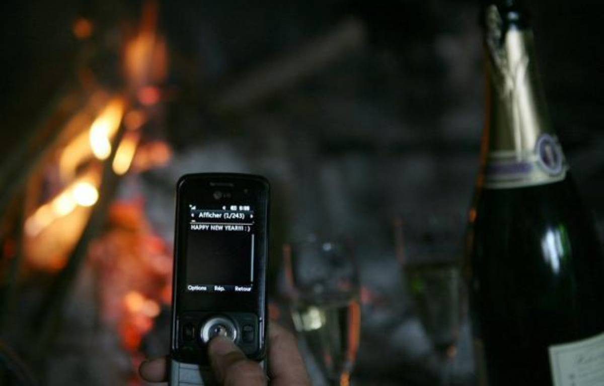 Les voeux virtuels envoyés dans la nuit de samedi à dimanche pour célébrer le Nouvel An ont battu un nouveau record chez les opérateurs de téléponie mobile Orange et SFR qui totalisaient peu avant 05H00 quelque 305 millions de SMS échangés. – Loic Venance afp.com