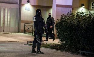 Des policiers en intervention le 6 janvier 2015 dans la banlieue de Grenoble