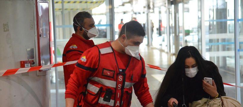 Une passagère du Flixbus en provenance de Milan bloqué à la gare routière de Lyon  Perrache, ce lundi matin, est raccompagnée par les secours.