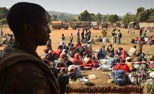 Un soldat de l'opération Sangaris surveille la zone alors que des musulmans trouvent refuge à l'église de Boali, à une centaine de km au nord de Bangui en Centrafrique, le 19 janvier 2014