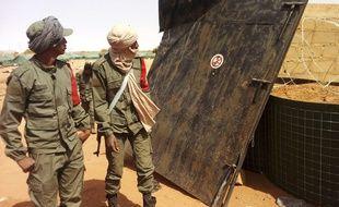 Des soldats maliens patrouillent sur les lieux où a été commis l'attentat, à Gao, le 18 janvier 2017.