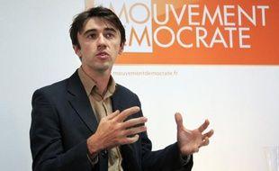 """Le candidat socialiste à la présidentielle, François Hollande, fait """"triplement un mauvais choix"""" en proposant, s'il est élu, de rétablir la TIPP flottante, """"une mesure momentanée, coûteuse et anti-écologique"""", a estimé vendredi le porte-parole du MoDem, Yann Wehrling."""