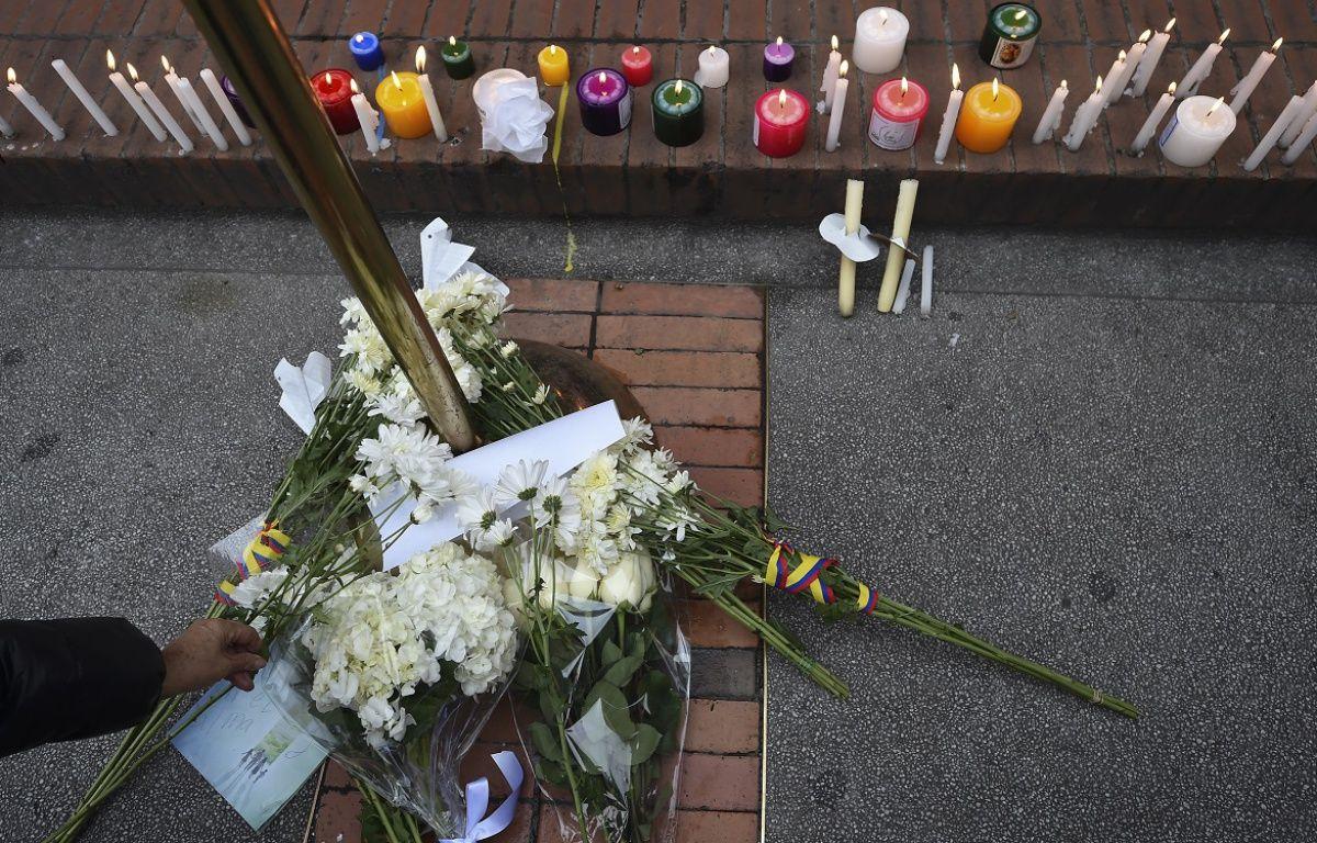 Des fleurs en hommage aux victimes dans le centre commercial Andino.  – Raul ARBOLEDA