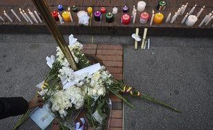 Des fleurs en hommage aux victimes dans le centre commercial Andino.
