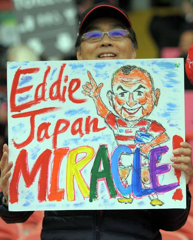 Eddie Jones célébrée par une supportrice après la victoire du Japon contre l'Afrique du Sud en 2015.