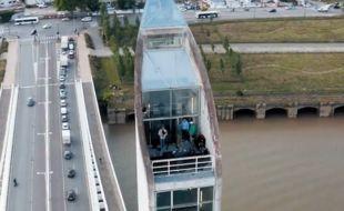Bel Horizon, un collectif de musique électronique, a tourné un set vidéo le 19 mai, en haut d'une pile du pont Chaban-Delmas à Bordeaux