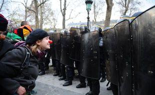 Des manifestants font face aux forces de l'ordre, lors d'un rassemblement pacifiste pour le climat, le 29 novembre 2015, à la veille de la COP21, place de la République à Paris.