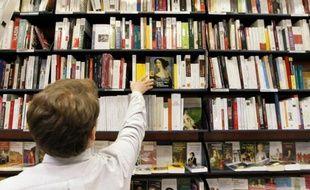 Un employé range des livres dans les rayons de la librairie La Procure, le 7 février 2012 à Paris