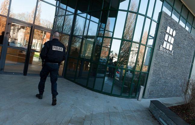 Un fonctionnaire de police pénètre dans les locaux du laboratoire Biotrial, à Rennes, le 16 janvier 2016 dans le cadre d'une enquête après un essai thérapeutique qui a mal tourné.