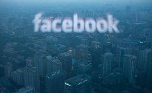 Une photo d'un écran d'ordinateur diffusant le logo de Facebook se reflétant sur la vue aérienne de Pékin le 16 mai 2012