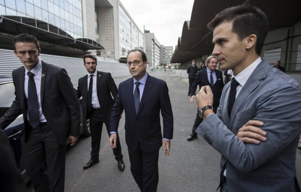 Gaspard Gantzer, à droite du président.  – IAN LANGSDON / POOL / AFP