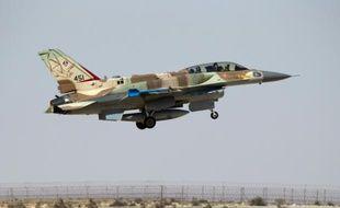 Un F-16 de l'armée israélienne décolle de la base militaire de Ramon dans le désert du Negev en Israël, le 21 octobre 2013