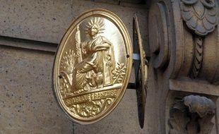 Une plaque de notaire.