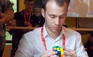Victor Cullot occupe la 63e place mondiale en catégorie Rubik'Cube à l'aveugle.