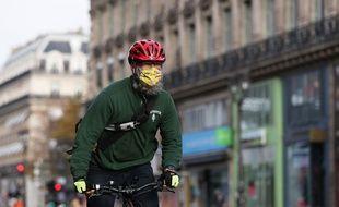 Un cycliste dans les rues de Paris.