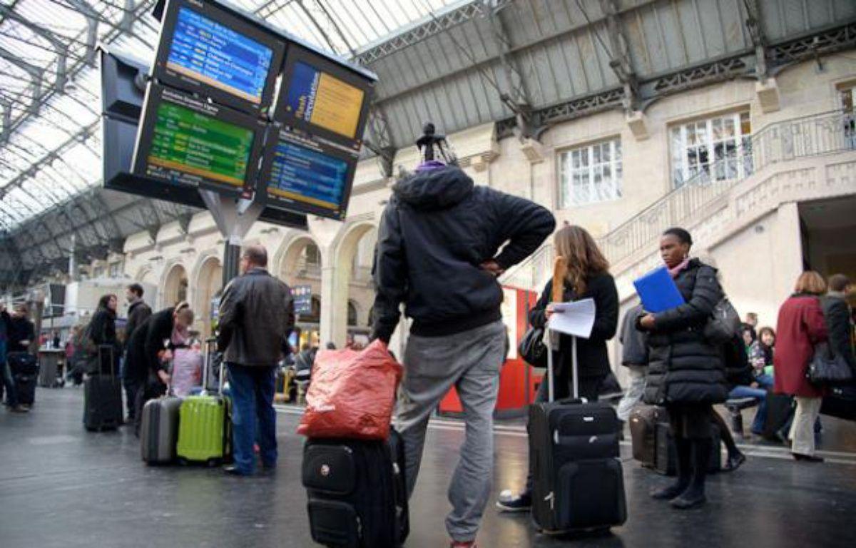 Des usagers de la SNCF attendent d'avoir des information sur le trafic sur le réseau à la gare de l'Est le 3 avril 2012. – Alexandre Gelebart / 20 Minutes