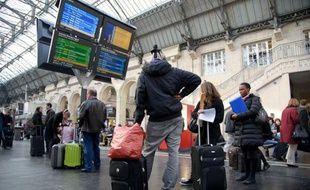 Des usagers de la SNCF attendent d'avoir des information sur le trafic sur le réseau à la gare de l'Est le 3 avril 2012.