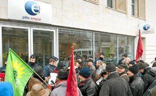 Une trentaine de personnes se sont rassemblées, hier, devant Pôle emploi.
