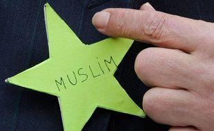 Abderrahmane Dahmane, ancien conseiller technique chargé de l'intégration auprès de Nicolas Sarkozy, pointe du doigt une étoile verte lors d'une conférence de presse à la Grande Mosquée de Paris, le 29 mars 2011. Il appelle les musulmans à faire de même afin de dénoncer le débat sur la laïcité.