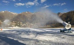 À Auron, les canons fabriquent leur neige artificielle en attendant une décision (Archives)